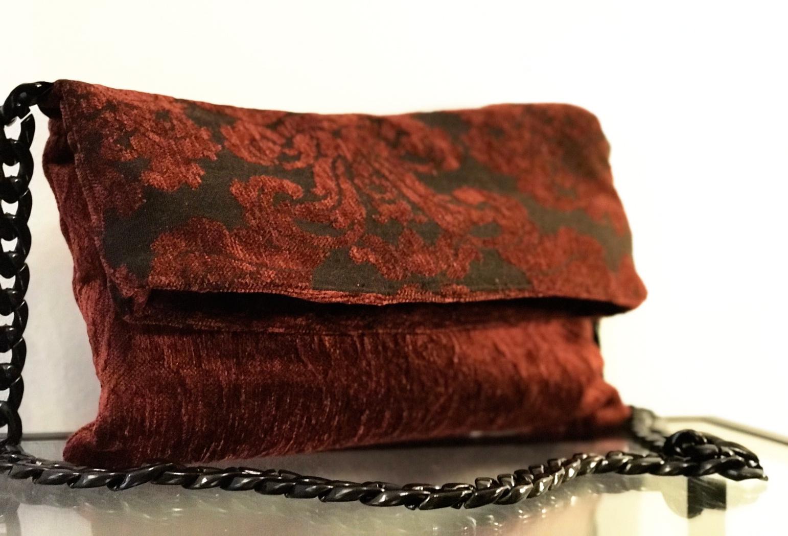 Μπορντώ τσάντα με baroque λεπτομέρειες
